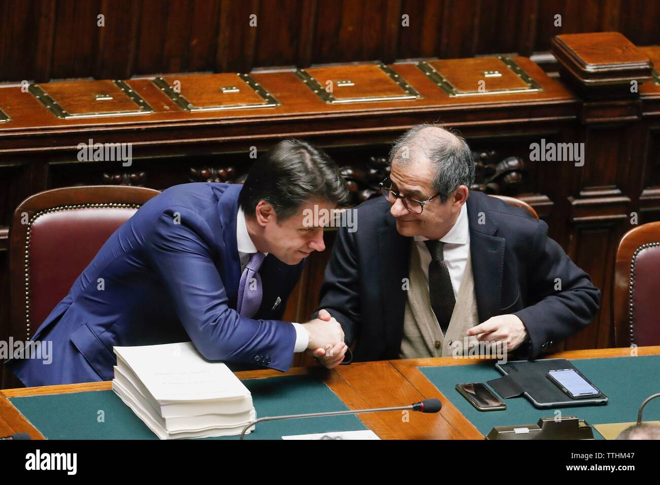 Ministerpräsident Giuseppe Conte und Wirtschaftsminister Giovanni Tria in der Sitzung in der Kammer beteiligen, bei der Vertrauensabstimmung über die Finanzielle Stockbild