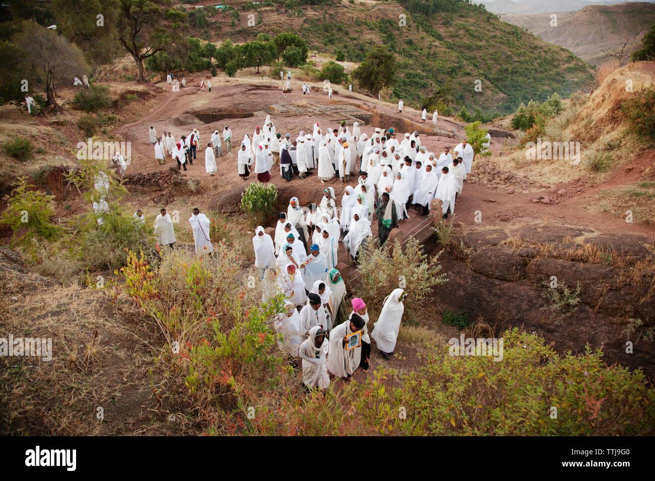 Hohe Betrachtungswinkel der Pilger zu Fuß auf den Berg Stockbild