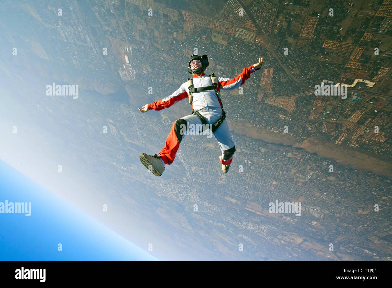 Luftaufnahme des Menschen Fallschirmspringen Stockbild