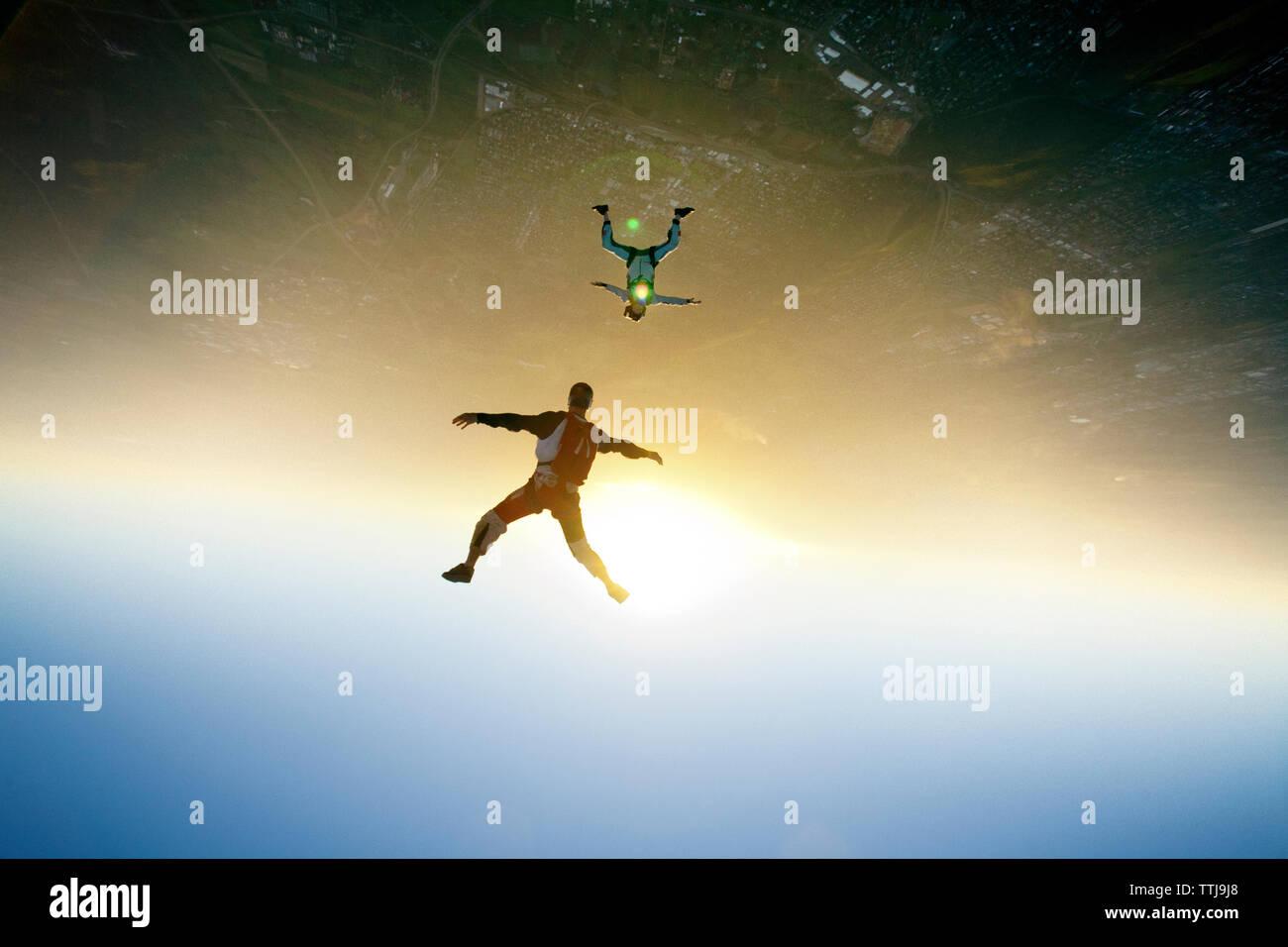 Luftaufnahme der Fallschirmspringer fliegen in der Luft Stockbild