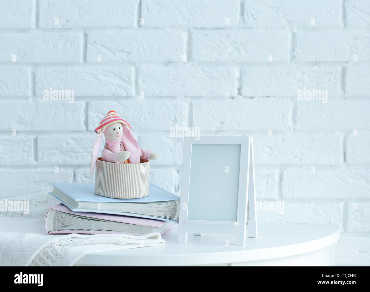 Baby Set mit Rahmen auf Mauer Hintergrund Stockbild