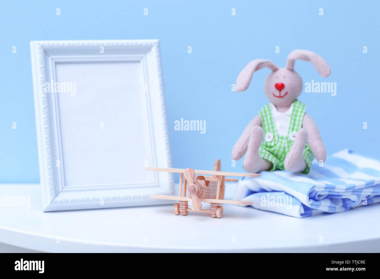 Baby Spielzeug und Rahmen auf der blauen Wand Hintergrund Stockbild