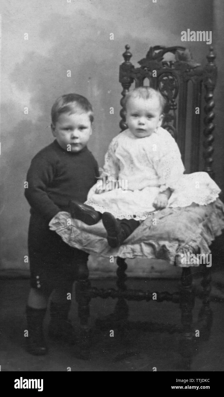 1900s Vintage Studio Foto von jungen und kleinen Bruder. Von Gale Studios Ltd übernommen Stockbild
