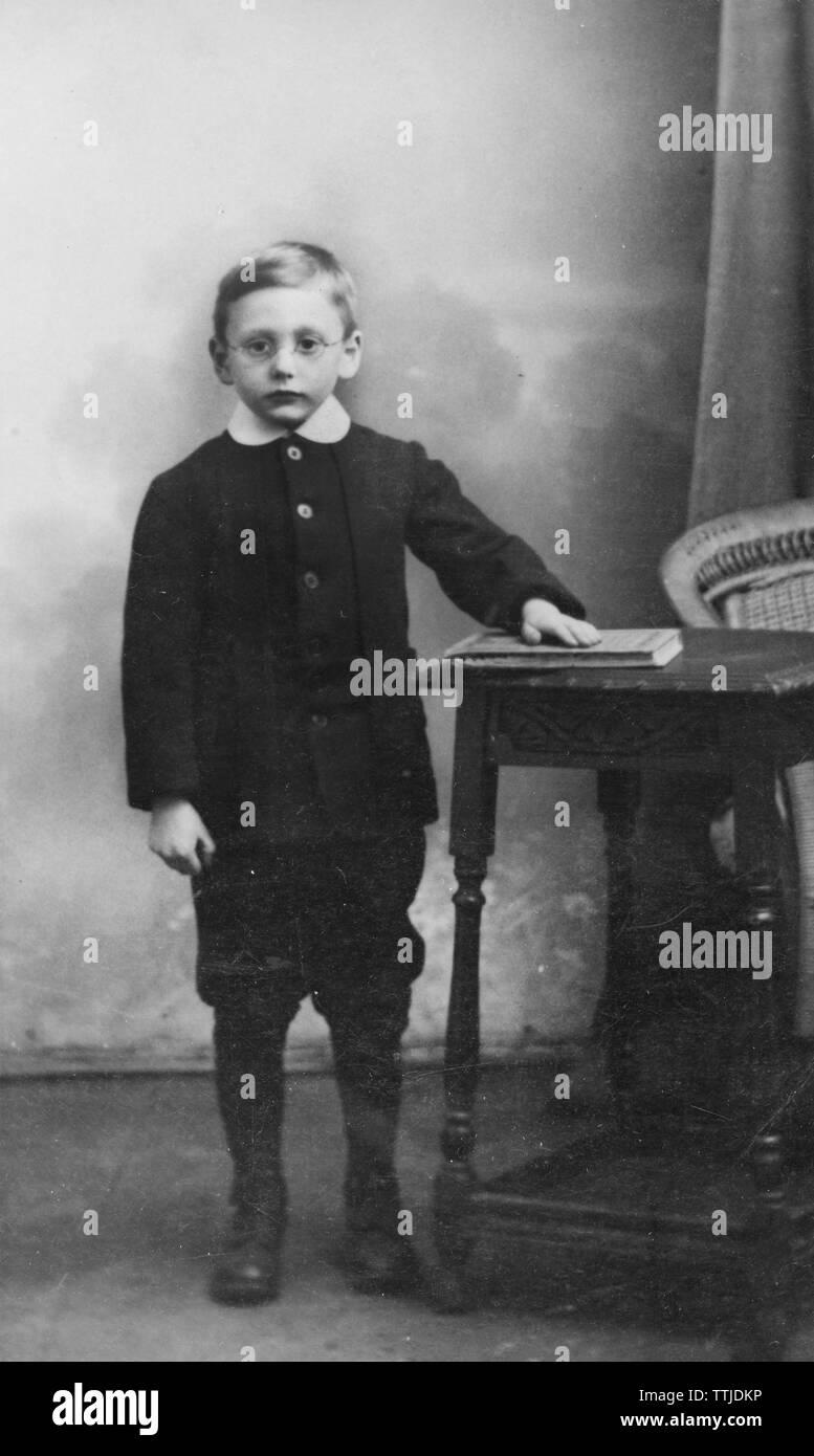1900 Vintage Studio Foto von einem Jungen, in Gläser. In der Gale Studios Ltd. übernommen Stockbild