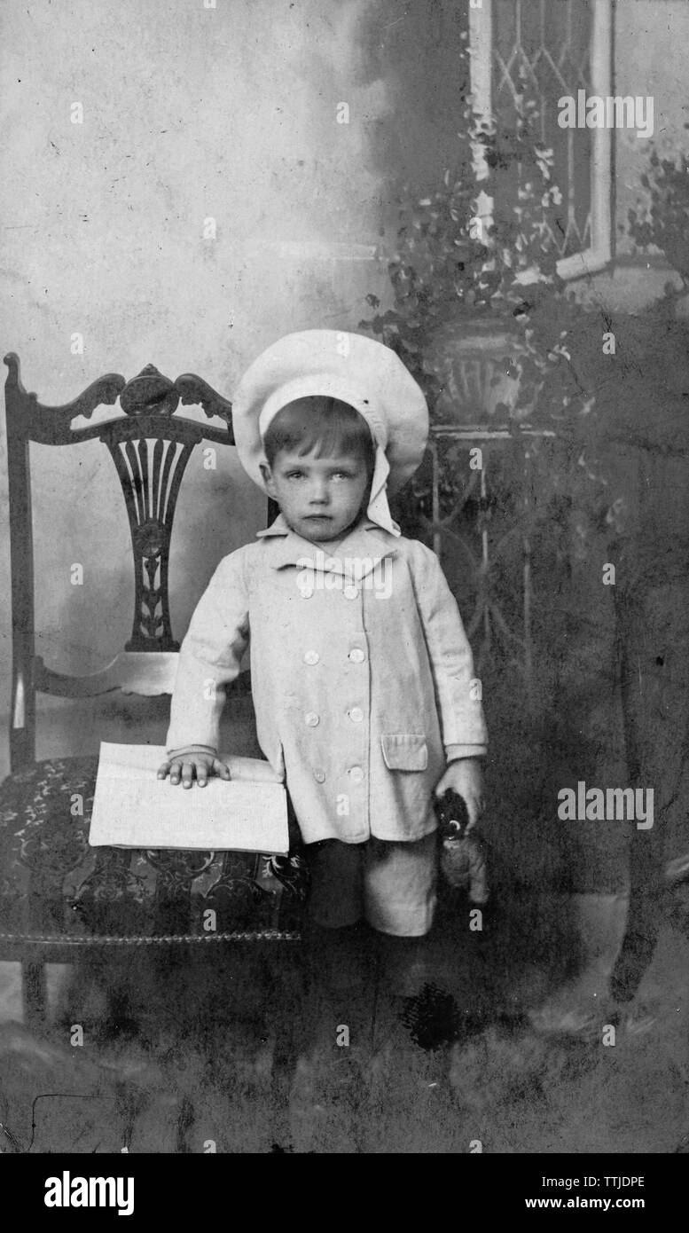 1906 Vintage Studio Foto von jungen Jungen mit golliwog und Bäcker Stil hat Stockbild