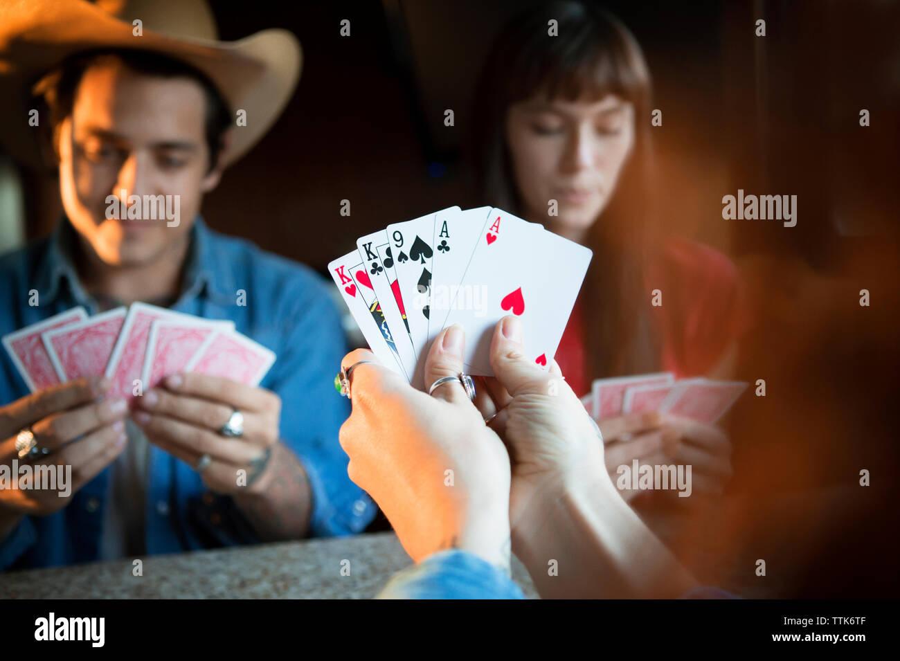 Zugeschnittenes Bild der Frau mit Karten, beim Spielen mit Freunden im Wohnmobil Stockfoto