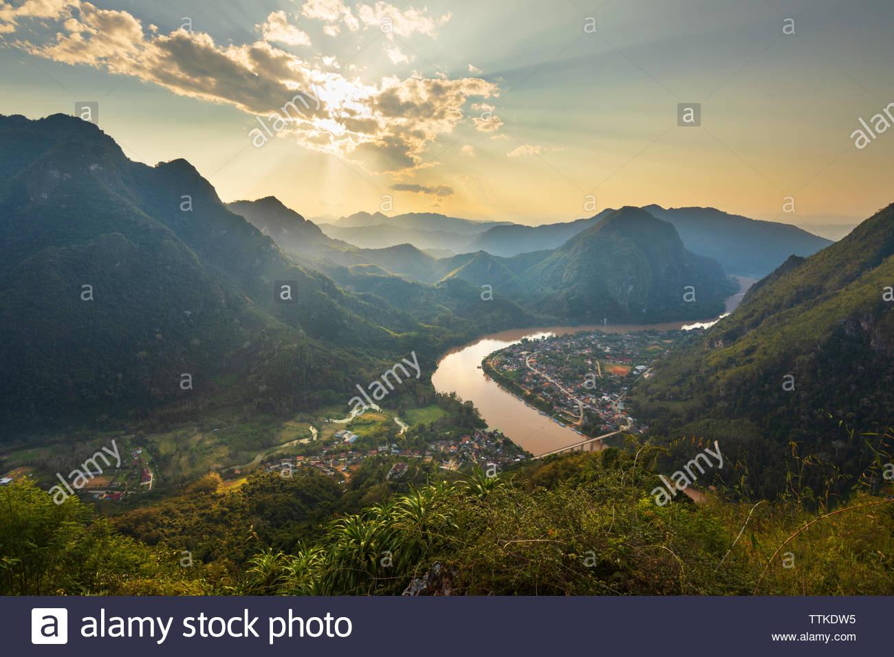 Sonnenuntergang über der Stadt Nong Khiaw und Nam Ou Fluss von der Pha Daeng Peak Viewpoint, Nong Khiaw, Muang Ngoi Bezirk, Provinz Luang Prabang, Northe Stockbild