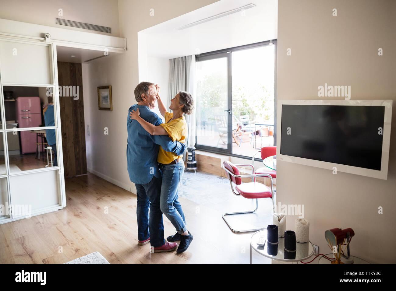 Seitenansicht der älteren Paare tanzen zu Hause Stockfoto