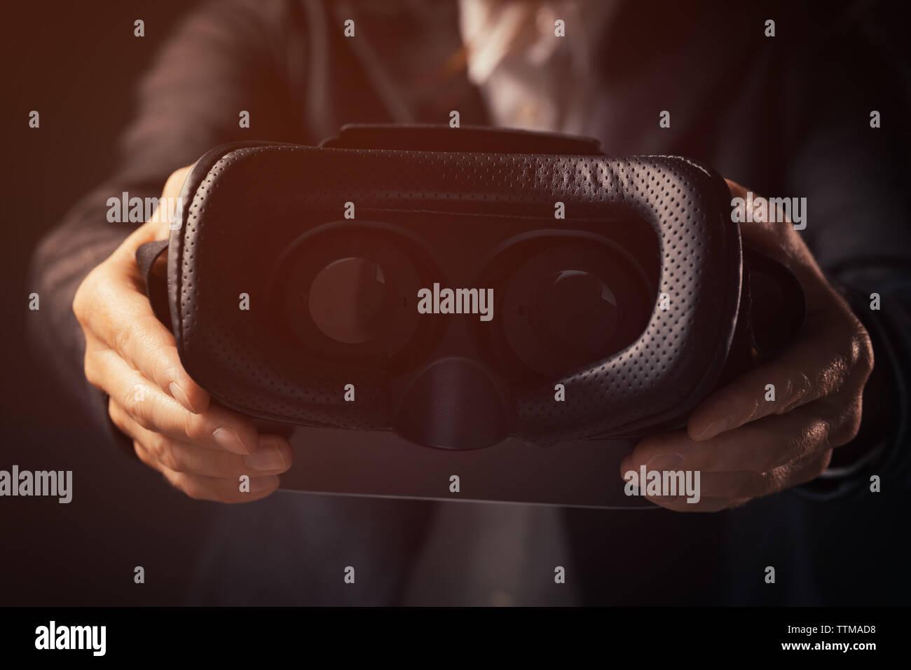 Geschäftsfrau Innovator bietet VR google Headset für immersive Virtuelle Realität Stockbild