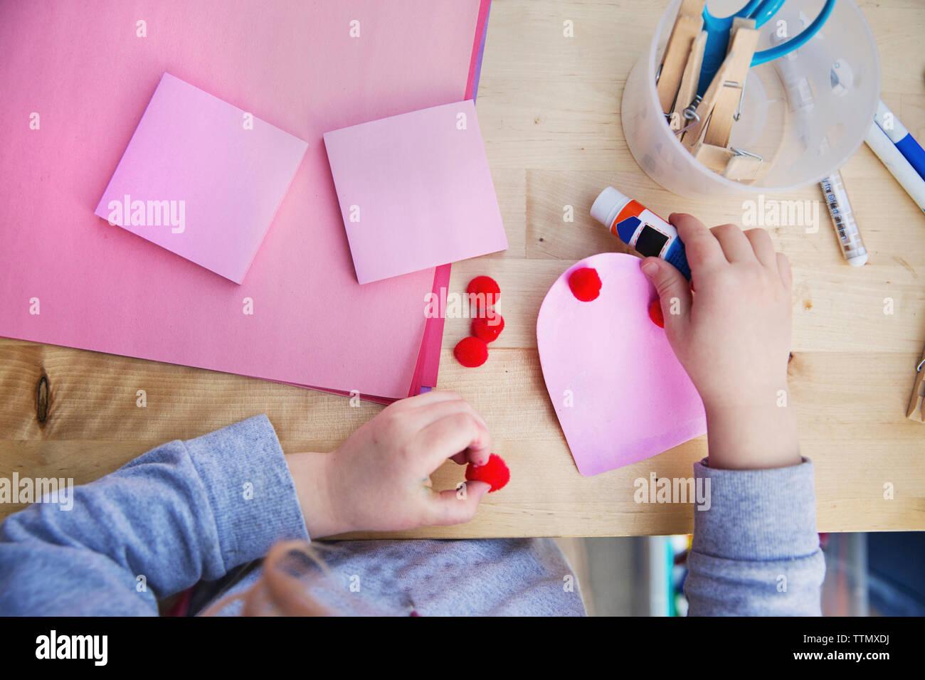Mittelteil der Mädchen, Valentinstag Grußkarten zu Hause Stockbild
