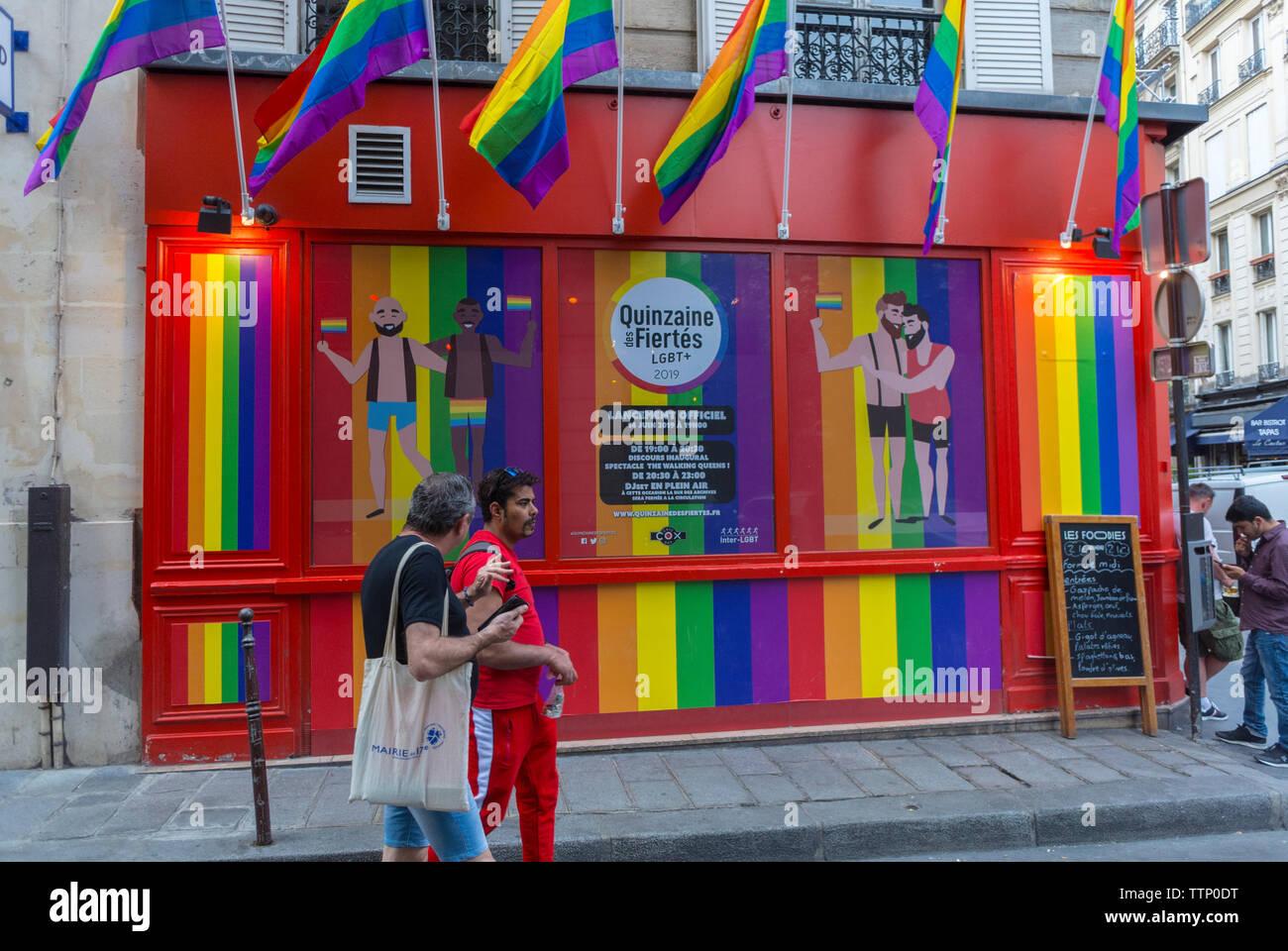 Paris, FRANKREICH, Gay Bar, die Cox im Marais, Fassade, Gay Flags Stockbild