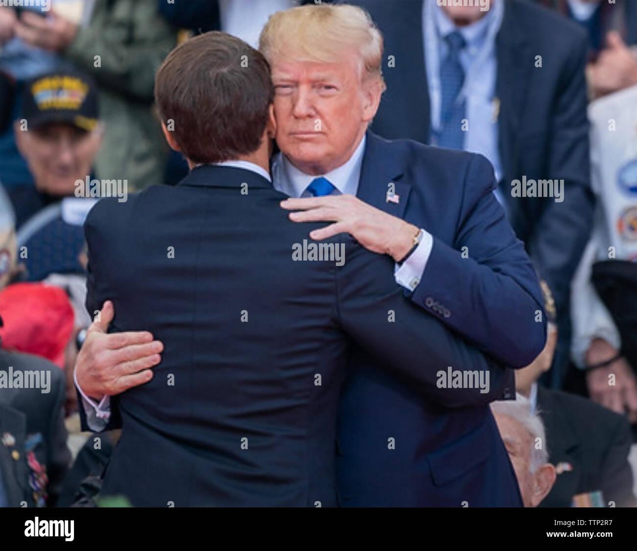 Präsident TRUMP UND PRÄSIDENT LÄNGESTRICH von Frankreich am D-Day Veranstaltungen zum Jubiläum in 2019. Foto: das Weiße Haus Stockbild