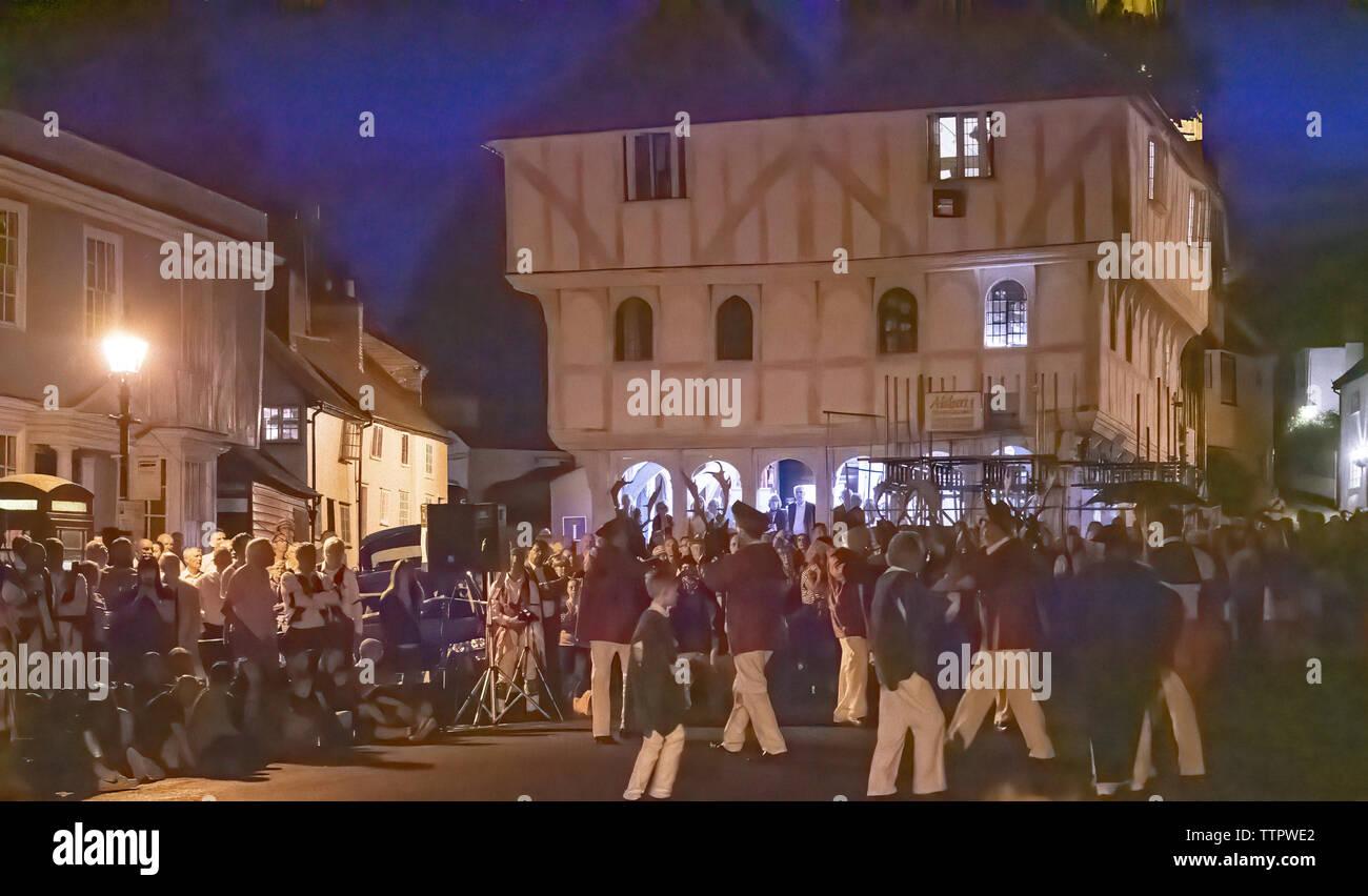 Die Lichter gehen aus und die Musik von einer einzigen Violine erklingt als eine seltsame Prozession erscheint der Männer in roten Mänteln tragen Geweihe, die von einem Bogenschützen ein Reiter eine alte Frau und ein Junge. Das Precess über das Zentrum von Thaxted und dann Precess heraus. 1. Juni 2019 Stockbild