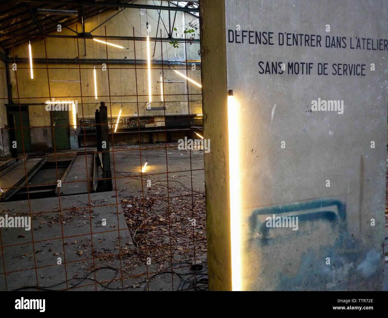Les dormeurs - die Schwellen - Arbeit von Pedro Cabrita Reis, Biennale für zeitgenössische Kunst, Bichat Kaserne, Lyon, Frankreich Stockbild
