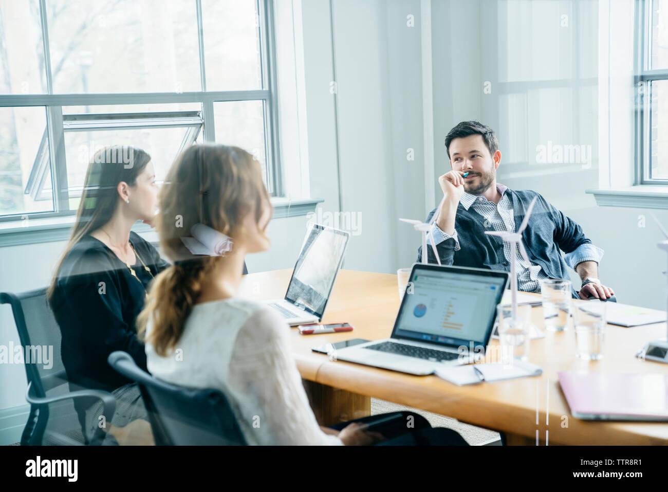 Geschäft Leute diskutieren während der Sitzung im Amt durch das Fenster gesehen Stockfoto