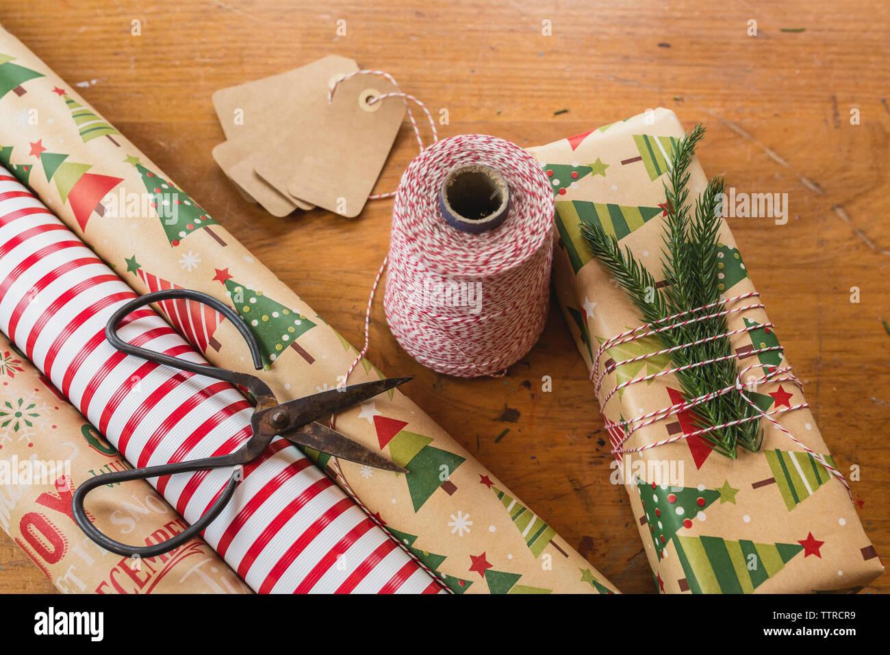 In der Nähe von Garn, Schere und rollte das Einwickeln von Dokumenten auf Tisch während Weihnachten Stockfoto