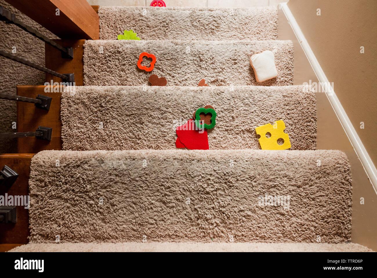 Ansicht von oben von Spielzeug auf Schritte zu Hause Stockfoto