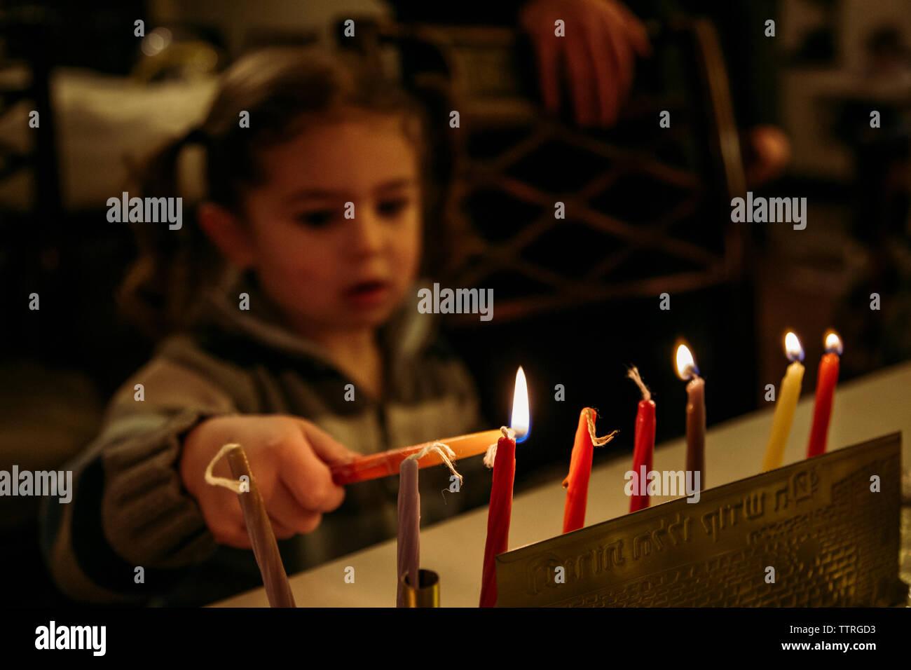 Close-up Girl zünden Kerzen während Chanukka Stockbild