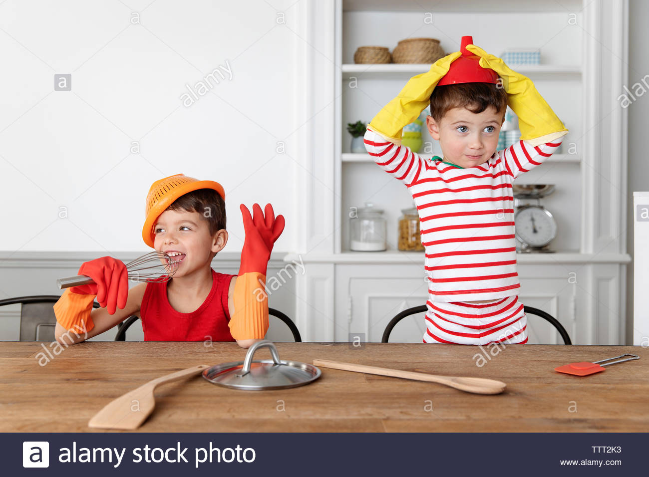 Goofy Jungen spielen mit Arbeitsgeräte in der Küche Stockfoto