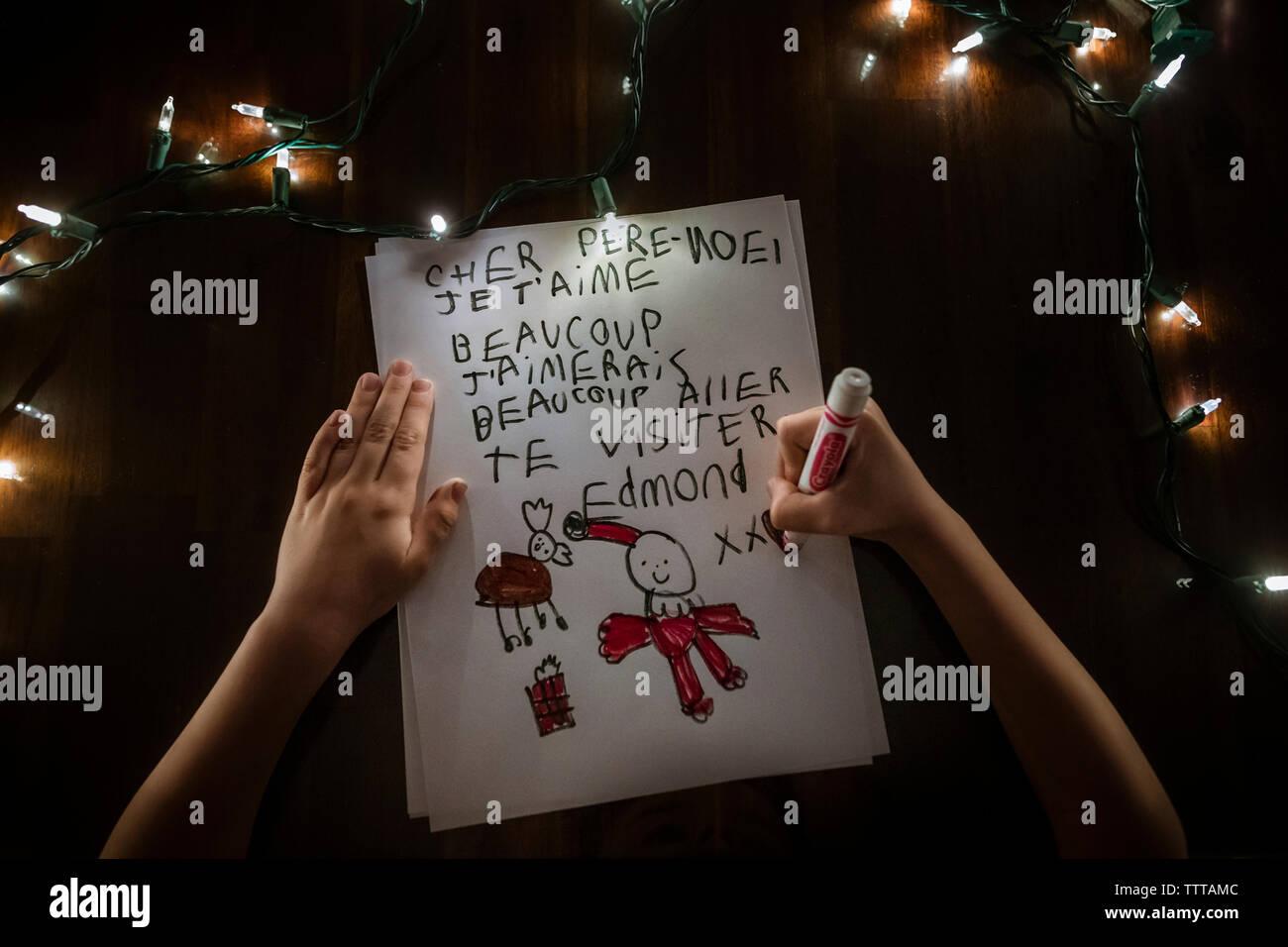 Junge gesichtslosen schreiben einen Brief an den Weihnachtsmann für Weihnachten Stockfoto