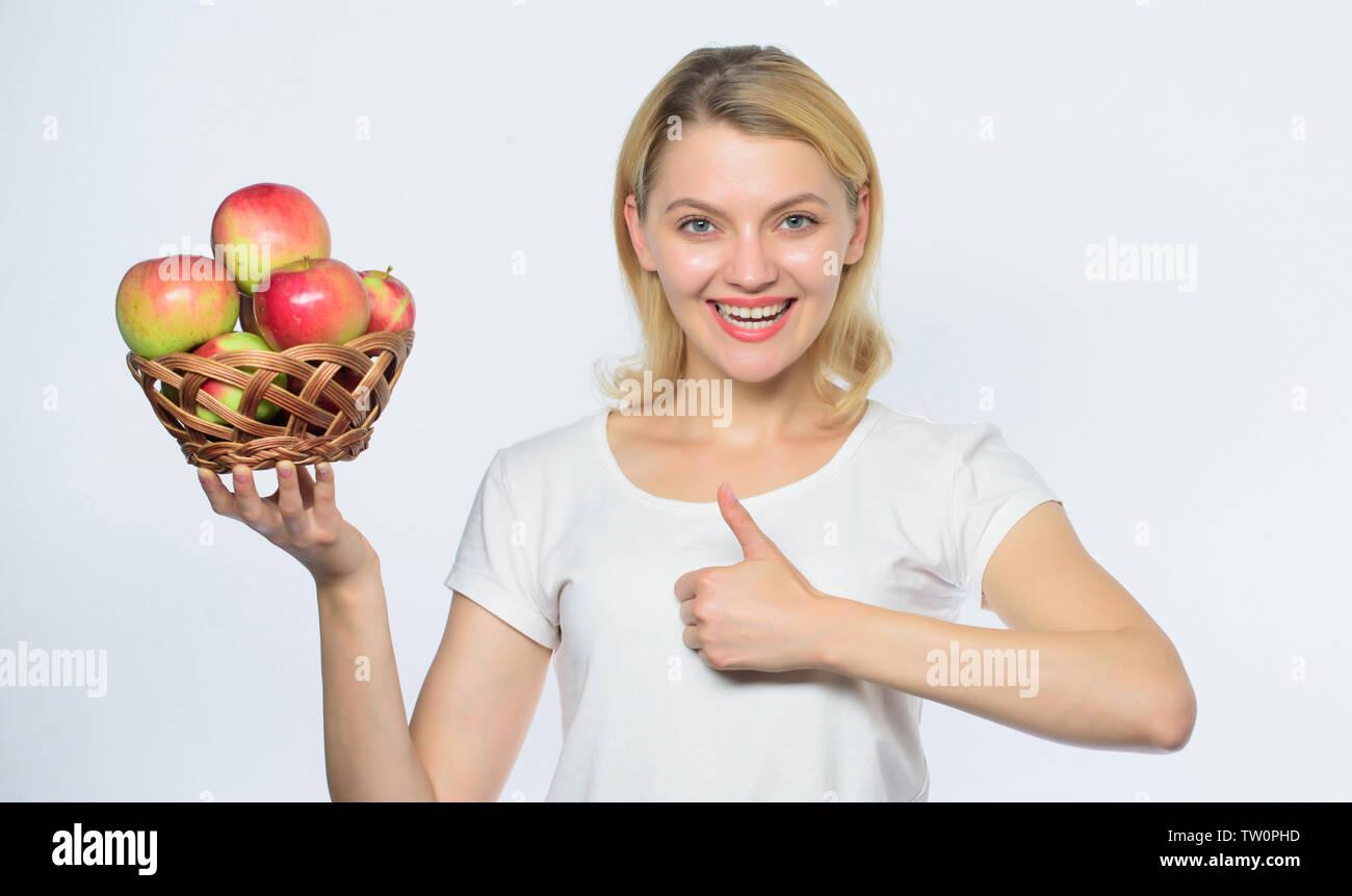 Frische und saftige Snack. Mädchen leben gesundes Leben. Apple Bio-obst. Essen Sie gesund. Gute Apple Pies beträchtlicher Teil der häuslichen Glück. Frau, die Äpfel. Backen Apfelkuchen. Leckere Rezepte. Stockbild