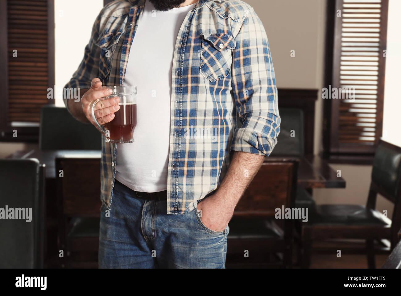 Mann mit einem Glas Bier in der Kneipe Stockbild