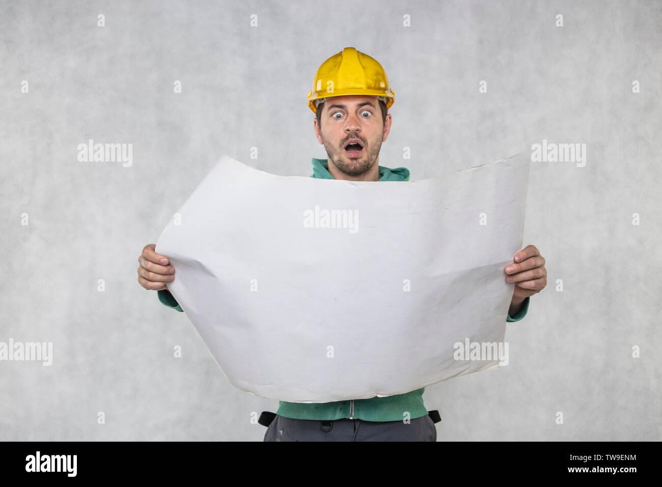 Die verängstigten Builder sieht plant, ein Haus zu bauen. Stockbild