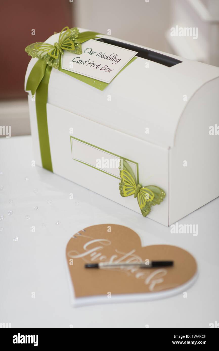 Hochzeit Karte Geschenk Post Box Und Gästebuch Auf Tabelle