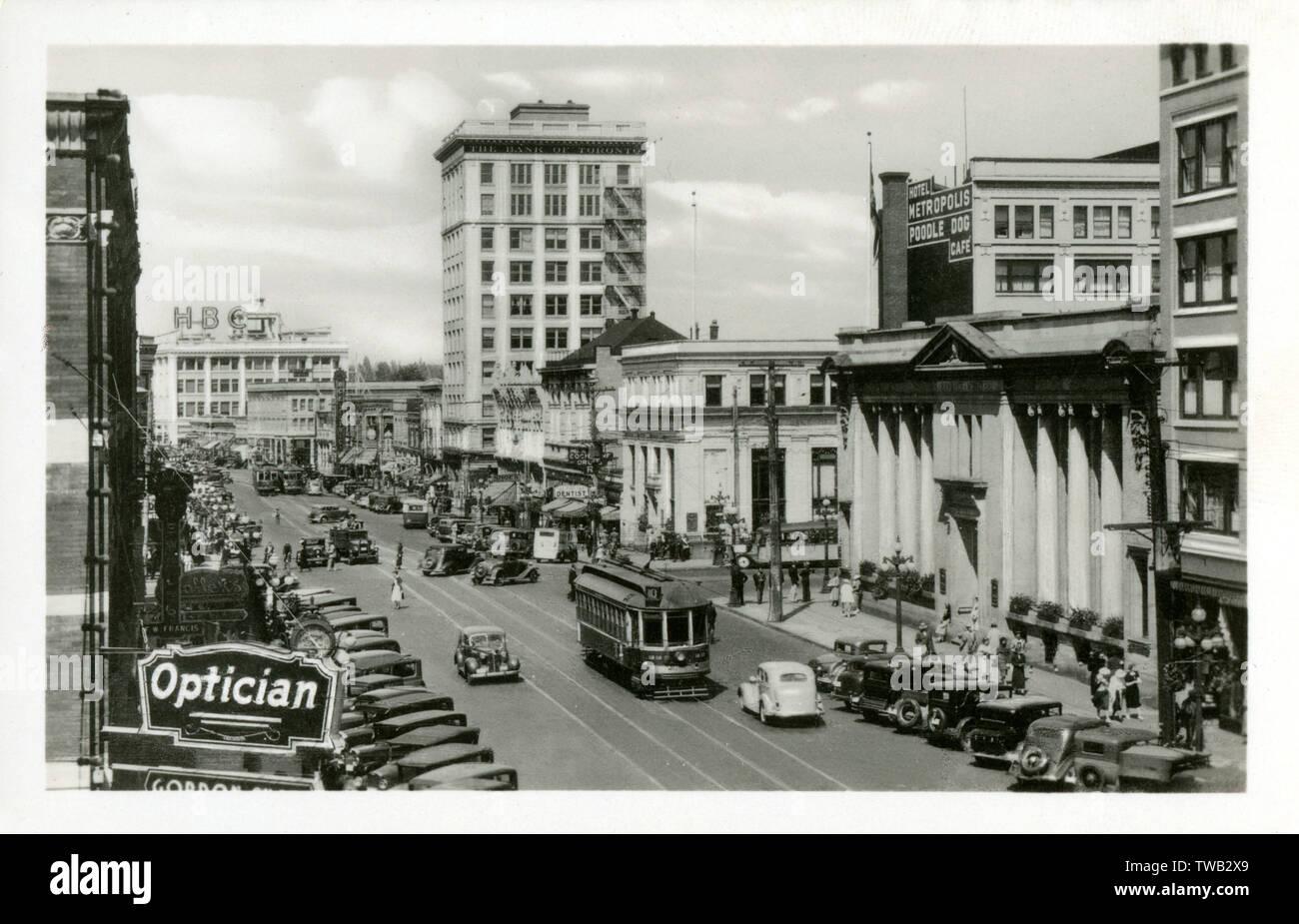 """Douglas Street, Victoria, Britisch-Kolumbien, Kanada - beachten Sie die wunderbare Signage Werbung das Hotel Metropole und die (ziemlich wundervoll) """"Pudel Hund Cafe'!! Datum: ca. 1940 s Stockfoto"""