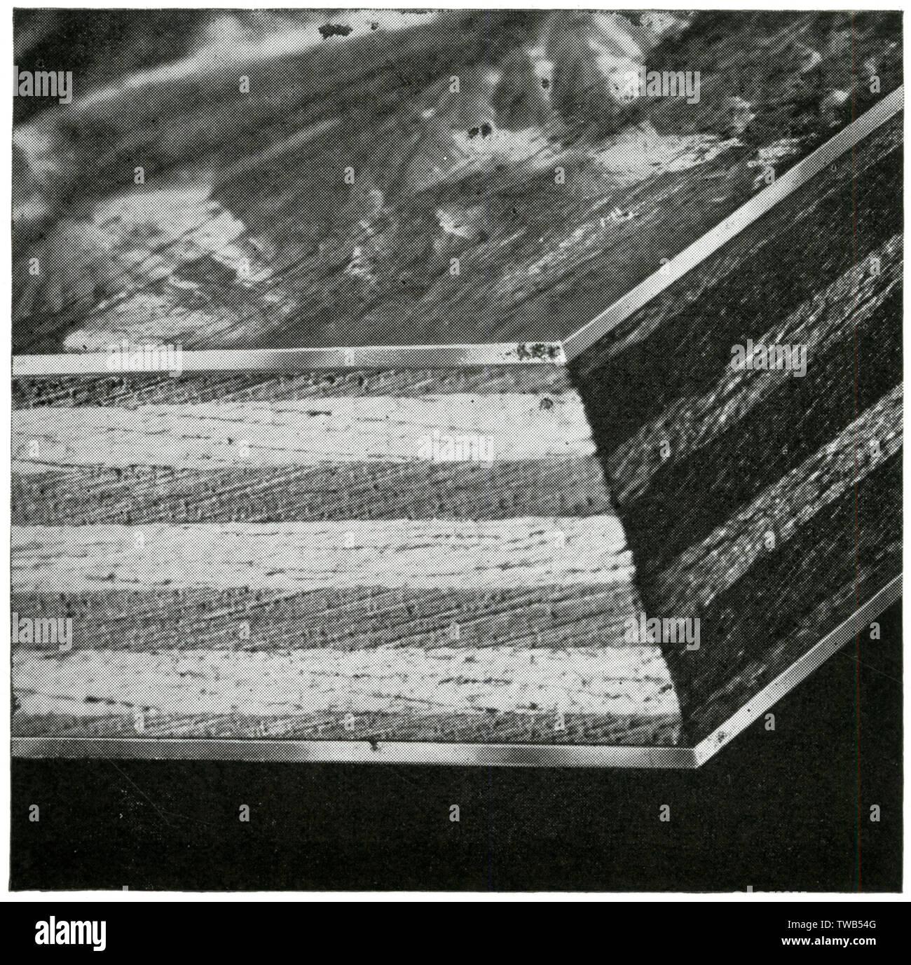 Foto von einem Plymax Querschnitt, eine Sperrholzplatte trademarked durch Venesta begrenzt. Die Platten sind auf der einen Seite oder auf beiden Seiten mit Metallblechen abgedeckt. Die Metall verzinkt oder Edelstahl, Stahl, Kupfer, Aluminium oder Bronze. Eine unlösliche Zement wird verwendet, um die Bleche an den Vorstand zu beheben. Datum: 1936 Stockfoto