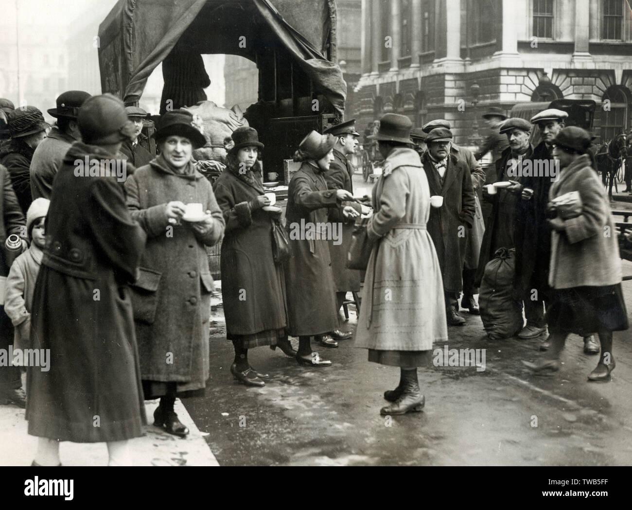 """Essen Warteschlangen in London aufgrund der Verknappung des Angebots. Die Menschen warten auf """"Get 2 Unzen nur' Datum: 1918 Stockbild"""