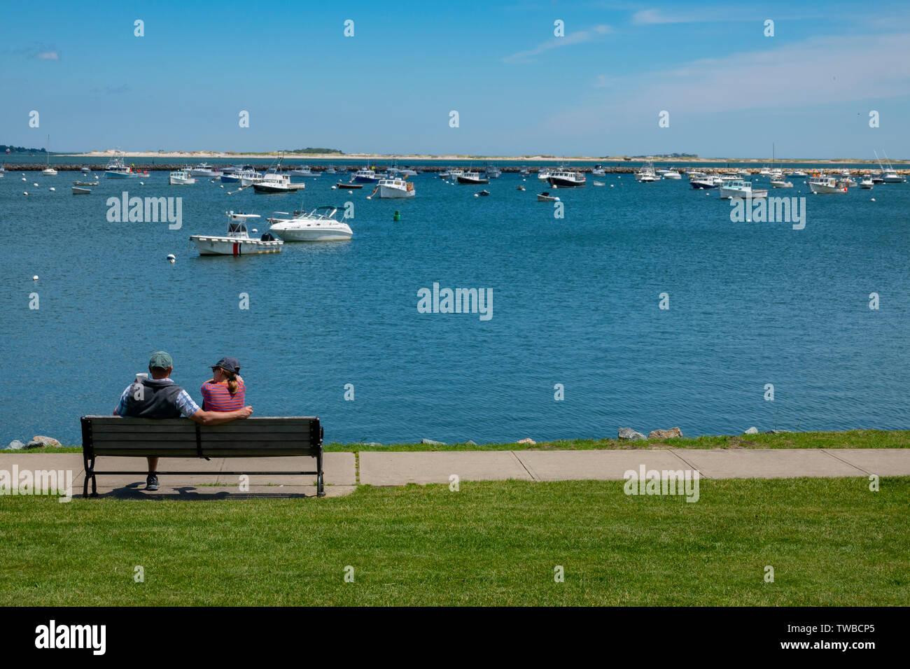 USA Massachusetts MA Plymouth Plimouth Hafen sonnigen Sommertag ein Paar genießt die Aussicht - Pilger hier gelandet Stockfoto
