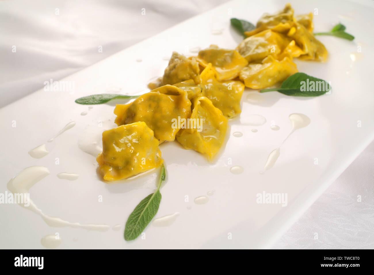 Italienische Küche Rezepte, frisch gefüllte Pasta Agnolotti ...