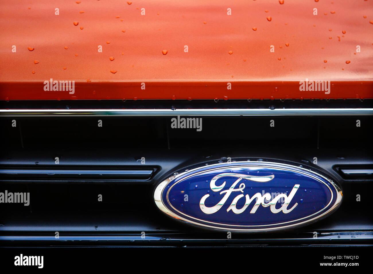 Ford Motor Company Logo auf einem Ford Transit Custom van. Stockbild