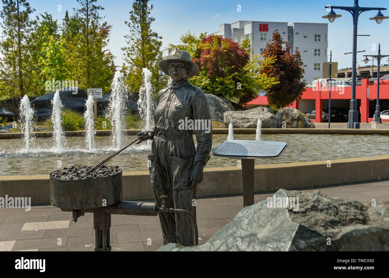 BREMERTON, Washington State, USA - JUNI 2018: Statue zum Gedenken an Esther Bielmeier, einem Niet Heizung in der Werft, in Gärten in Bremerton. Stockbild