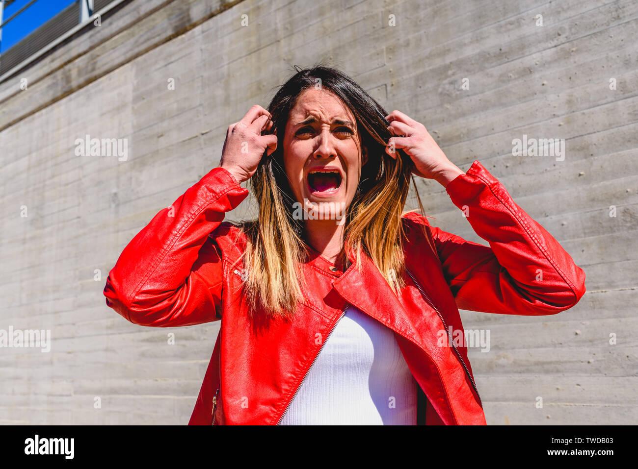 Portrait von Frau mit Geste der Angst und Schrecken, wenn Zeugen eines Unfalls. Stockbild