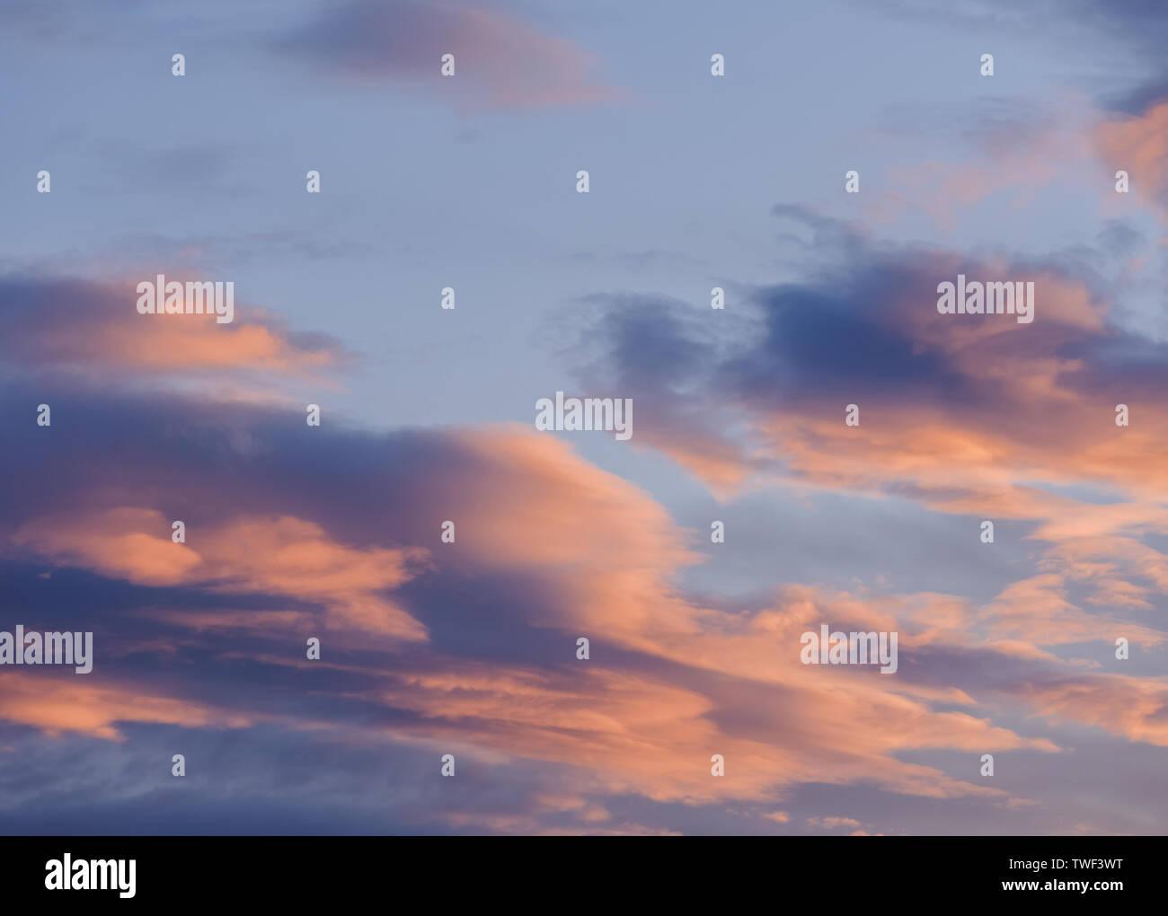 Dramatischer sonnenuntergang himmel mit orange farbige Wolken. Stockbild
