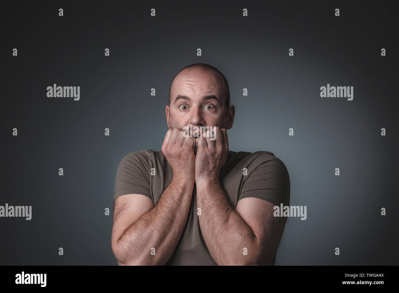 Portrait der kaukasischen Mann mit Angst Ausdruck seine Hände in seinem Gesicht, Studio gedreht. Stockbild