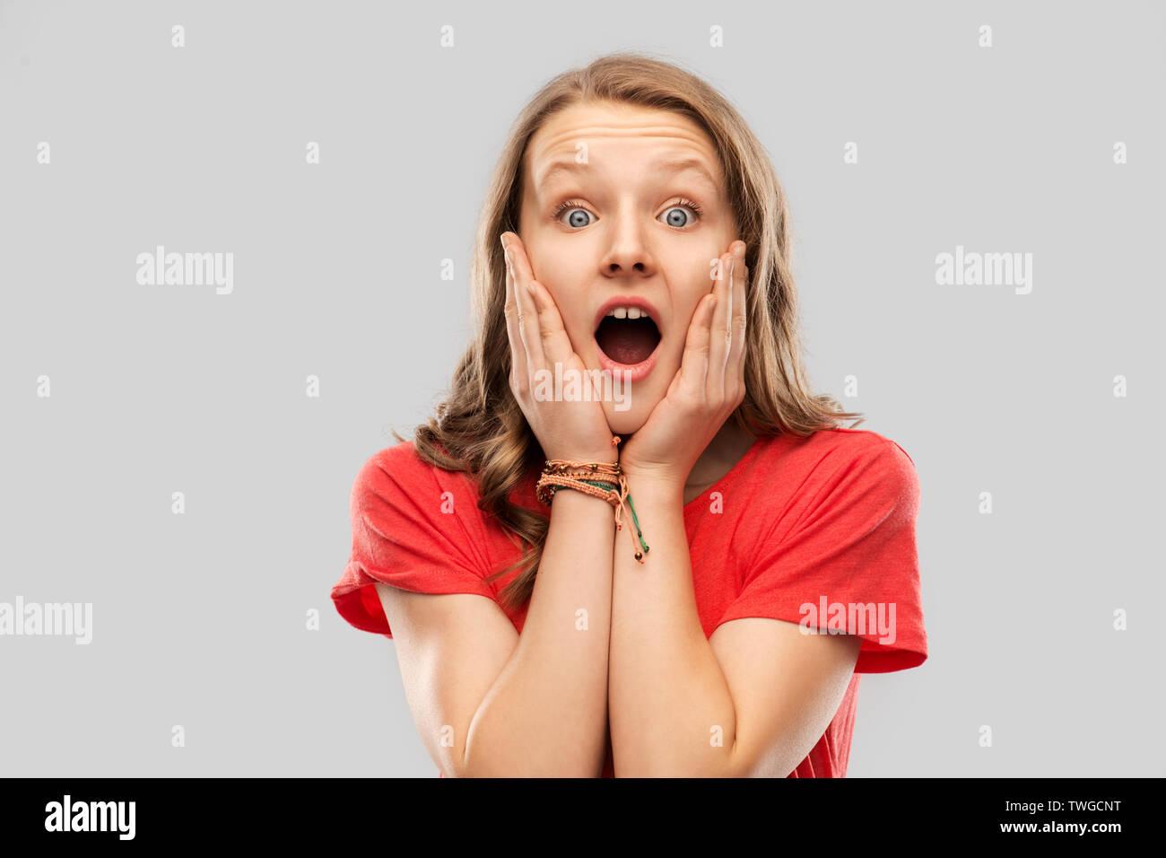 Schockiert oder Angst teenage Mädchen im roten T-Shirt Stockbild