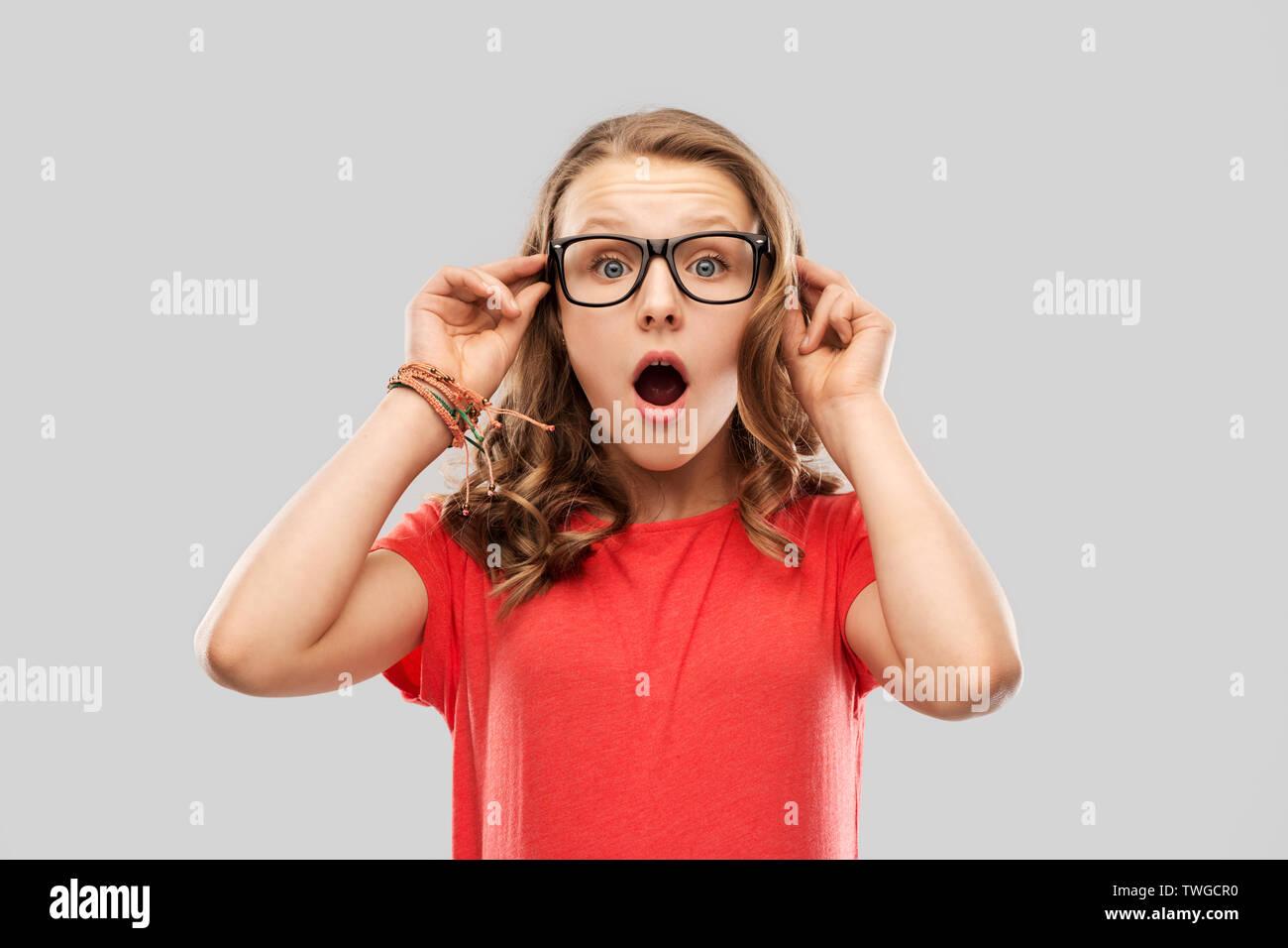 Überrascht oder Jugendmädchen in Gläsern schockiert Stockbild