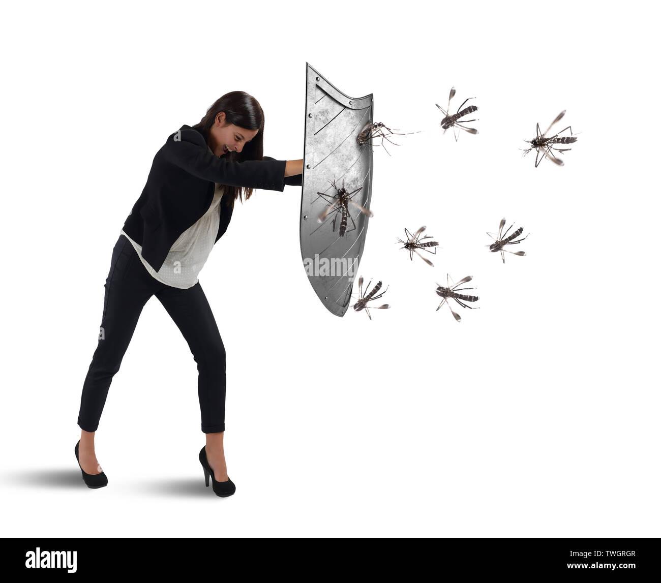 Frau wehrt sich vor dem Angriff der Moskitos mit einem Schild Stockbild