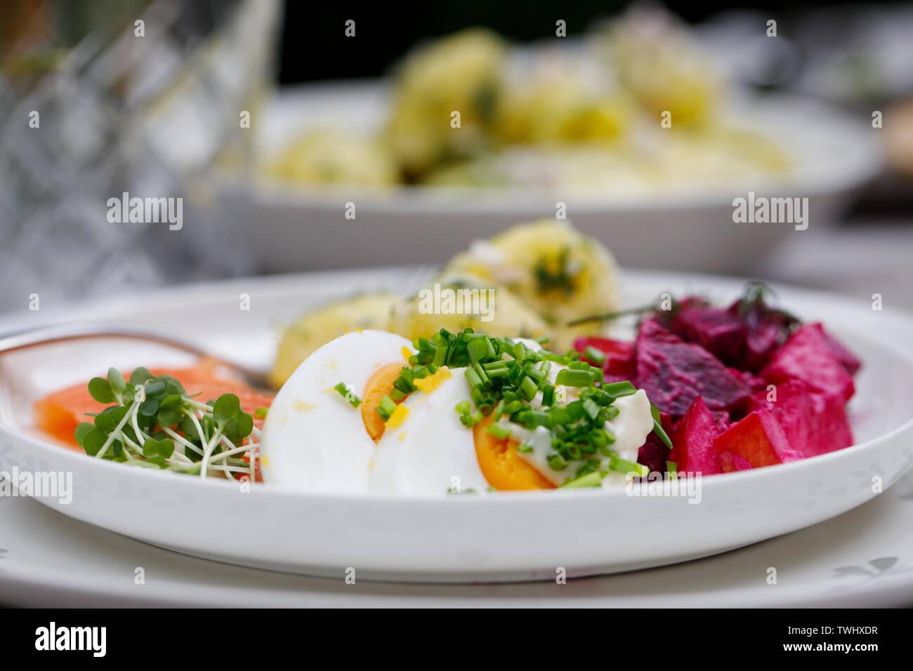 Skandinavische Mittsommerfest fest mit Kartoffelsalat, Lachs und Rote Bete Stockbild