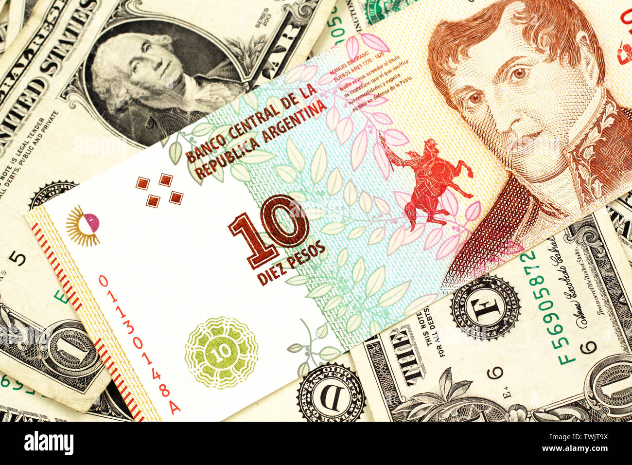 Eine Nahaufnahme Bild eines 10 Peso Bank Note aus Argentinien auf einem Bett von amerikanischen Dollarnoten in Makro Stockfoto