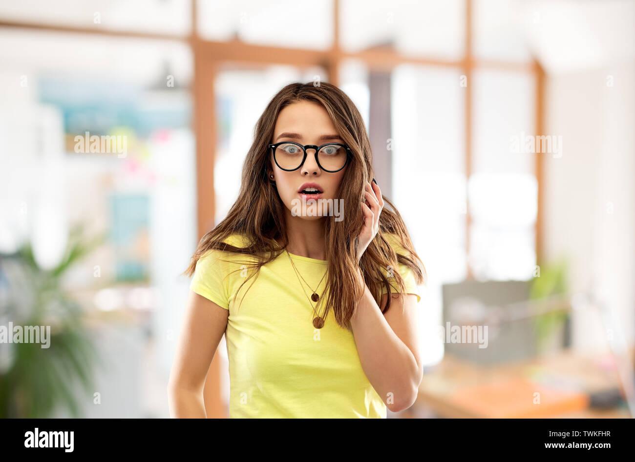 Angst junge Frau oder junges Mädchen in Gläsern Stockbild