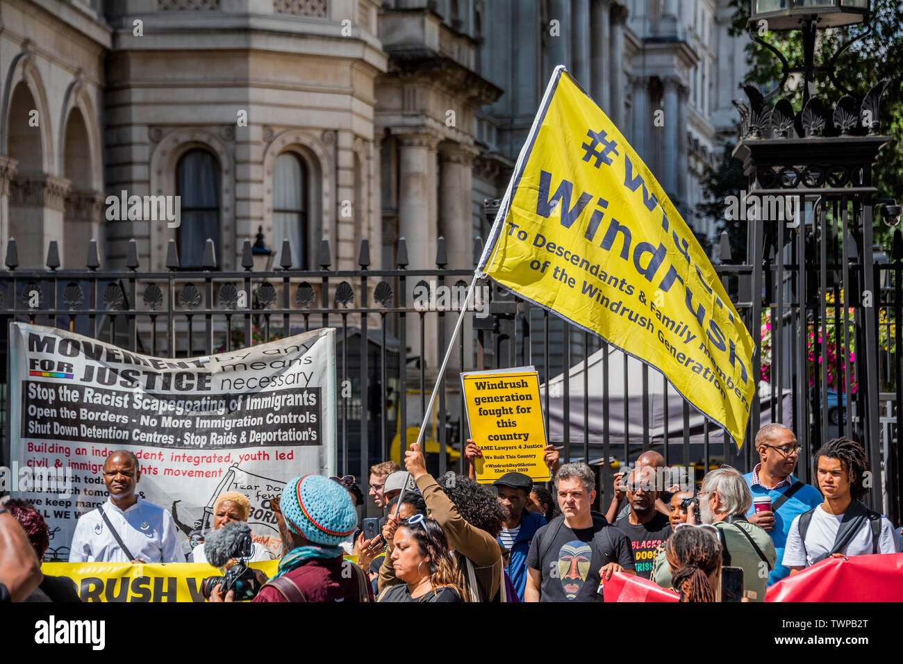 Westminster, London, Großbritannien. Am 22. Juni 2019. Außerhalb der Downing Street - windrush Tag der Aktion - bame Anwälte für Gerechtigkeit fordern Gerechtigkeit für Windrush Opfer und für die Überprüfung ihrer Nachkommen ausgedehnt werden. Der Protest wurde von Vereinen und die PCS Union unterstützt. Stockfoto
