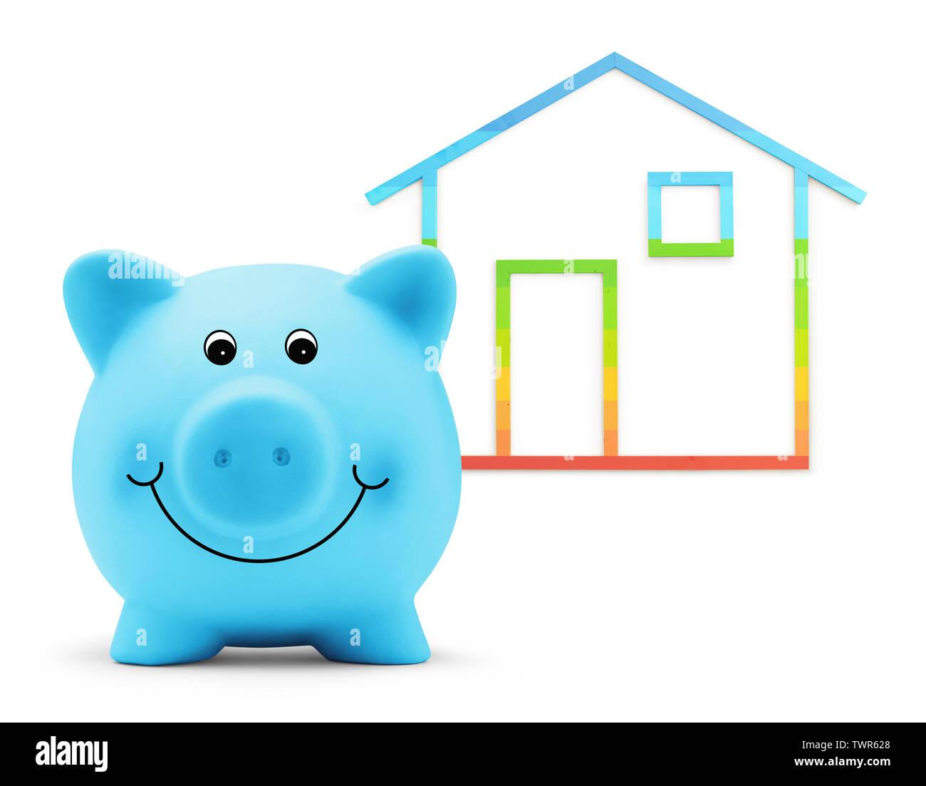 Sparschwein mit Haus Form auf weißem Hintergrund, Green Building und Energieeffizienz Konzept Stockbild