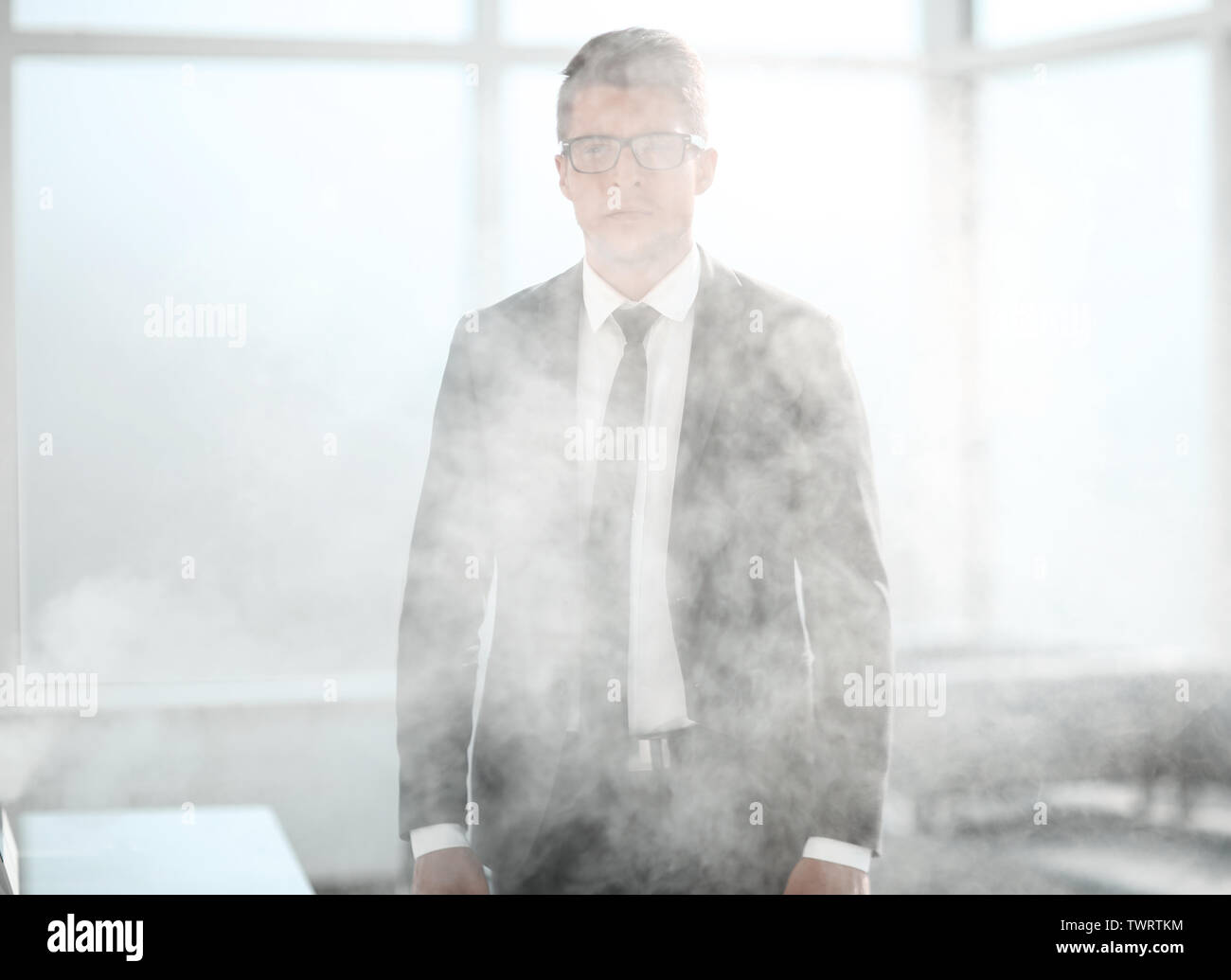 Junge Unternehmer in einem verrauchten Büro Stockbild