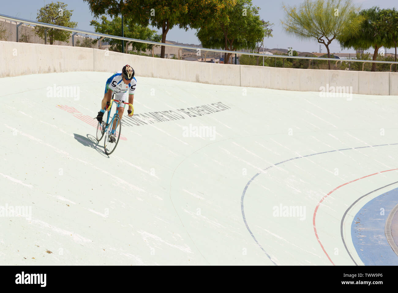 Senioren auf einem Fahrrad um ein velodrom Stockbild
