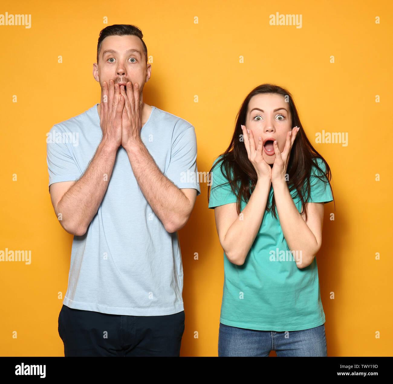 Angst junges Paar auf farbigen Hintergrund Stockbild