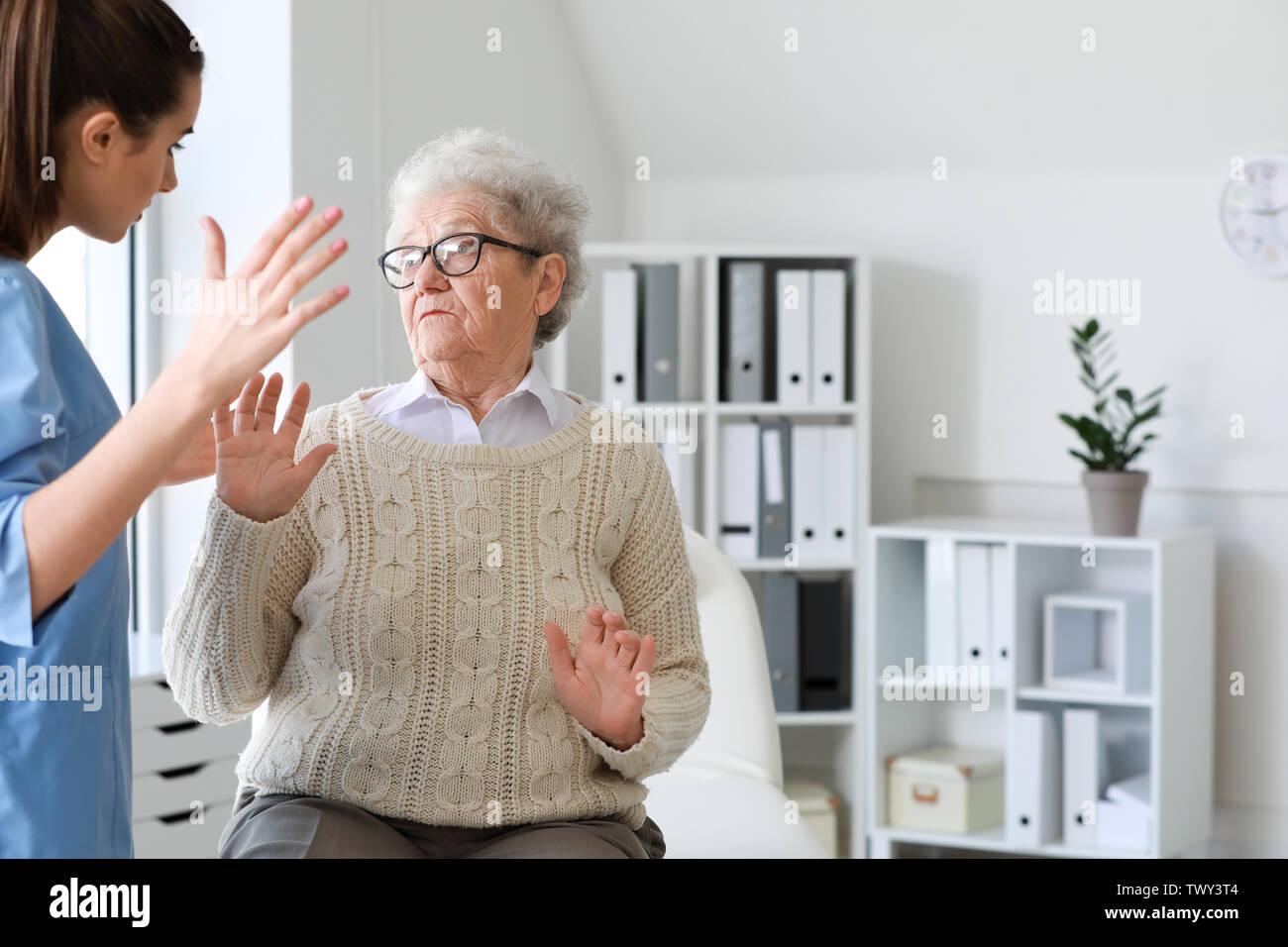 Medizinischer Arbeiter die Misshandlung von älteren Frau im Pflegeheim Stockbild